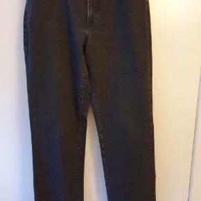Lækre, klassiske sorte jeans, størrelse 46, fra Pret a Porter i flotteste kvalitet i 97% bomuld og 3% lycra. Regular fit. Taljen måler 88 cm, og længden er 84 cm. Benvidden forneden er 44 cm. Nye med prismærke. BYTTER IKKE!