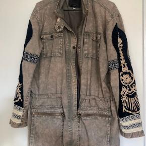 Smuk jakke med fede detaljer. Kan spændes ind i livet 🤎