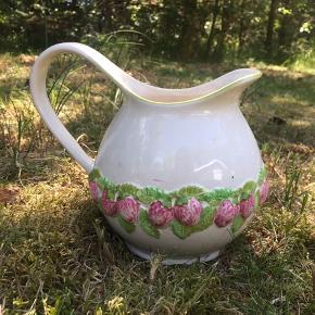Fin antik sommerkande med jordbær motiv i grønne og lyserøde nuancer 🍓 SE OGSÅ MATCHENDE SKÅLE PÅ MIN PROFIL