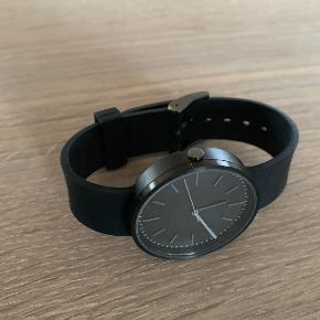 Elegant og samtidig råt ur fra britiske Uniform Wares. Uret er som nyt uden slid eller ridser. Vejledende pris i butikkerne 1700 kr.