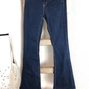 Flared jeans fra Zara. Er lagt op så de passer min højde (167 cm), derfor flosser de lidt i bunden. Ellers god stand og næsten ikke brugt