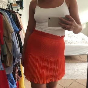 Superflot orange, plisseret nederdel fra H&M i str. 36 - byd endelig