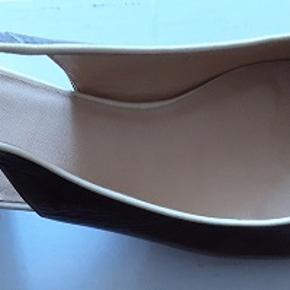Kvalitet ballerina fra Llood Germany . Alt i fin glat skind. Farvet cremet - lyng  Størrelse 37 . Hælhøjde    4 cm Aldrig brugt ,