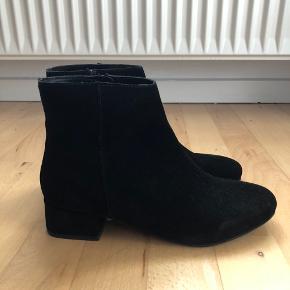 Nellie boots fra ELLOS - brugt 1 enkel gang.  Lidt store i str 🌸 Ruskinds-stof  Hælhøjde ca. 4-5 cm