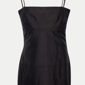 Sort realisation par kjole i silke. Sælger billigt da jeg har fået syet den ud af en skrædder lige ved brystet (det er identiske sort silke som er syet til). Den er gået lidt op i den ene side, men kan let syes☺️