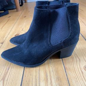 Lækre støvler med god hæl i imiteret ruskind. Er kun brugt få gange, så de fremstår som nye. Er imprægneret for sæsonen. Kan prøves og afhentes på Frederiksberg. Hvis de skal sendes, betaler køber porto. Jeg bytter ikke!  Se også mine andre annoncer, hvor der er masser af sko og tøj til gode priser. :)