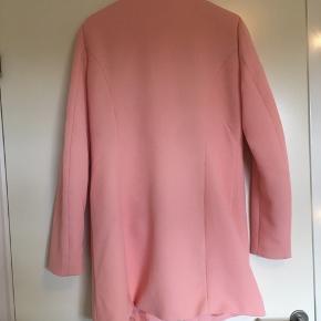 En flot jakke fra Jacqueline de Young. Den er fersken farvet og har bare en virkelig længde