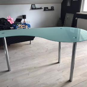 Bordet er brugt som opbevaring af småting. Nypris var 1500 kr.  Skal bare af med det. BYD :)