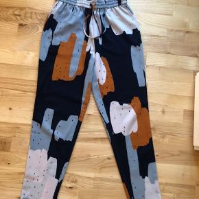 Jeg sælger disse fine bukser fra Envii.  De er en str. S.  De er i meget god stand, da de næsten ikke er brugt!!  Byd gerne.
