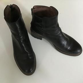 Superlækre skindstøvler, skindforede. Lynlås op ad hælene. Indvendig sållængde 22,5 cm.