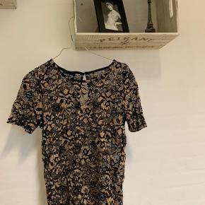 Sort og beige/guld blonde bluse fra Only. Har kun brugt den 3 gange.  Sælges, da jeg ikke selv får den brugt.  Skriv endelig for flere billeder og byd gerne.