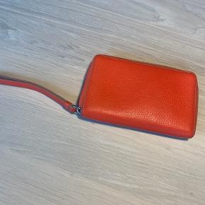 Fin pung i lys lilla og rødlig læder. Plads til kort og småting.  Købt i butikken i Aarhus - kvittering haves ikke længere. Købt omkring år 2017.   Plejet og passer med læderfedt osv.   Brugsspor