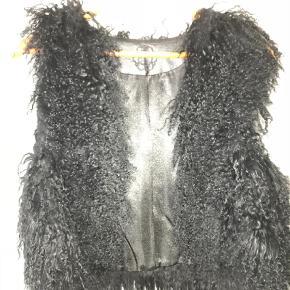 Varetype: Vest Farve: Sort Oprindelig købspris: 999 kr.  Tibetansk lammeskind Der er pels hele vejen rundt og den er foret med blankt stof