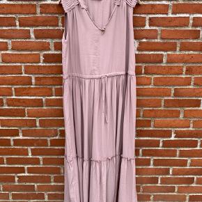 Fineste kjole. Mærket er taget af men den er aldrig brugt. For stor.
