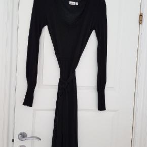 Red 🔴 Dot kjole dress   i 80% silke 10% cashmere / Kashmir   Med fint hulmønster (se foto) nogle steder  Meget lækker og ultra blød kvalitet! 🐇  Har et mikroskopisk hul øverst på / i den ene skuldersøm.  HVIS man ikke er fingerfærdig er der meget billige skræddere. Jeg fik repareret en cashmere trøje med to huller til 50kr her (i Aalborg på Boulevarden)  MEN sælges derfor billigt  #30dayssellout