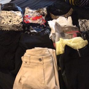 En hel sæk tøj (23 stk) ser ud som nyt.  Str. 44-46. Sælges samlet. Skriv for yderligere fotos.  Jeans, kjoler, toppe mv.