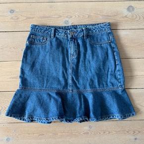 a4e4ec81a8d Super fin denim nederdel med den fineste peplum detalje. Brugt få gange,  fejler intet