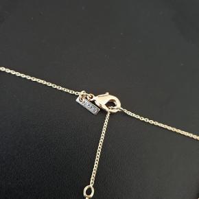 Guldbelagt halskæde fra Pilgrim, stjernetegnet er krebsen/cancer, 40 cm lang og mulighed for forlængelse på 9 cm, fløjsmat vedhæng med krystalsten. Aldrig brugt, men har ligget sammen med andre halskæder, der kan anes et par små mærker på bagsiden (se sidste billede).  Prisen er ekskl. forsendelse.
