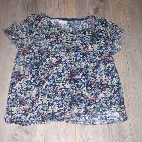 Sød T-shirt/top. Sendes med Gls.