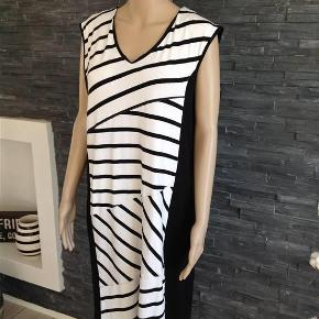 bca7aa22f9cb Varetype  NY Super lækker kjole Størrelse  46 48 Farve  sort hvid