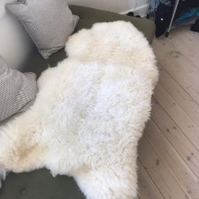 Lækkert ægte lammeskind. Har brugt det til at ligge på en stol.Nypris var 1100 kr