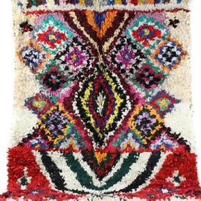 Tæppet er håndlavet og måler 200x130 cm. Tæppet kan afhentes eller sendes med GLS. Det er ikke muligt at sende med DAO, da tæppet både fylder og vejer for meget.