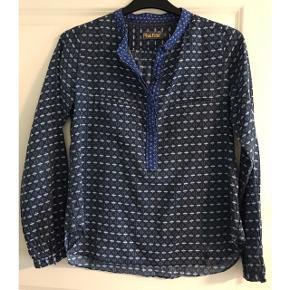 Bluse i tynd bomuldskvalitet (100% bomuld). Brystvidde: 51 cm. X 2. Længde: 64 cm.