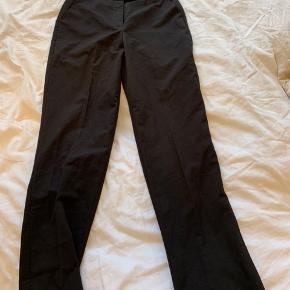Sorte business bukser der brugt få gange, det sidder stramt ved numsen og så løsere ned af låret og i bunden. Går ned over skoen og perfekte til hverdags brug og god kvalitet😊