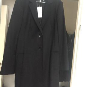 Varetype: Frakke Størrelse: 44 Farve: Sort  Uld frakke klassisk Hugo boss ny med mærke str 44