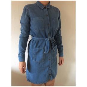 Sælger min cowboy kjole fra ASOS i str m. Den er i 100% bomuld. Kjolen har fået en lille reparation ved den nederste knap i kjolen (se billeder). Kan nok syes meget bedre på symaskine end hvad jeg har formået med nål og tråd i hånden. Det kan dog ikke ses når kjolen er knappet og er på. Ellers fejler kjolen intet.