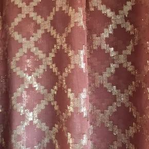 Smuk bluse fra Fine Cph.  Farven er en blanding ml. Fersken, Nude og Rosa.  Ny og stadig med tag.  Nypris kr. 700,-