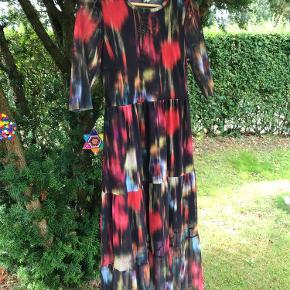 Let og meget behagelig kjole. Resirkuleret polyester og elastan. Brugt få gange og fremstår som ny ❤️