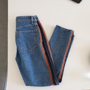 Fede jeans fra H&M, som jeg kun sælger, fordi de er for små. Originalpris 400.