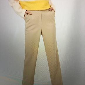 Pleat flare leg pants fra Na-kd. Farven er sort, billedet er til at vise pasformen