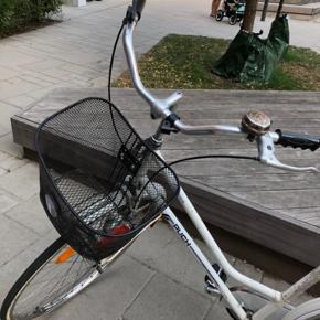 Min bedstemors gamle Puch med nyt sæde, slanger, dæk, cykelkurv, kæde, pedaler, krank og støttefod.