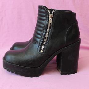 Lækre støvler fra Divided, må indse jeg ikke får dem brugt nok, så håber der er en anden der får glæde af dem. Der er ingen former for slid på dem :)
