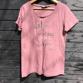Fin t-shirt med tryk. Har været brugt og vasket 1 gang.   Brystmål: 100 cm Længde: 69 cm  Sender gerne med DAO, men du kan også hente selv kontaktfri med mobilepay😊