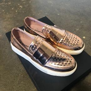 Helt nye sko fra Bianco. Aldrig brugt.    Skriv evt. for flere billeder.   Tjek gerne mine andre annoncer ud, hvor jeg sælger mange andre sko.
