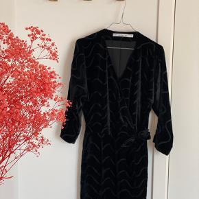 Fineste kimono-kjole fra & OTHER STORIES. Meget praktisk, flot og behagelig kjole. Den har en knap ved v-udskæringen, som gør at den sidder rigtig pænt hele tiden 🖤