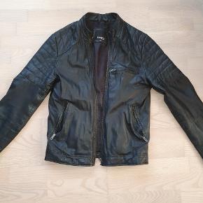Barney's New York Moto læder jakke i størrelse XS, fitter mellem en S/M (er selv 174 cm 70 kg og passer mig perfekt) Top kvalitets læder fra vel kendt læderjakke brand fra USA I top stand 9/10