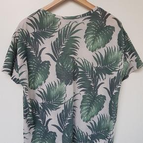 Brugt 2 gange. Fed crop top/kort t-shirt til sommeren fra Soaked in luxury med palme mønster. 56 cm i brystvidde.