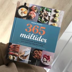 Kogebog; 365 måltider. Meget flot bog med gode billeder og pænt layout. Er ikke brugt, har kun stået til pynt. Har desværre fået nogle ridser, men ellers er den som ny.
