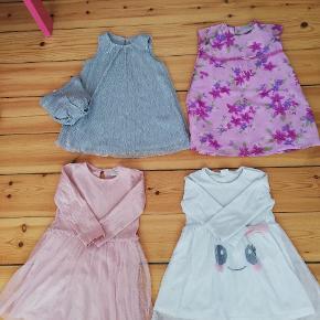 4 kjoler, hvor den ene har tilhørende strømpebukser. Den blomstrede er fra Kappahl. Tag dem alle for 100,- - De indgår også i samlet tøjpakke som findes på profilen!