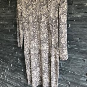 FRATRÆK 50% PÅ ALLE MINE ANNONCER   Smuk kjole i silke og elasthan  Sidder så fin på. Bryst 100 cm  Længde 89 cm  Brugt et par timer
