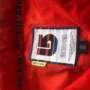 """Super fede ski/snowboard bukser.  I en fed rød/orange farve. Bukserne er i mærket Burton, Dryride.  De har bitte små skader (se sidste billede) som er """"rifter"""" fra ski.  Nypris 1800.-"""