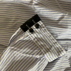 Super fin custommade skjorte - svare til en str 36/38 ✨ brugt 1-2 gange, sælges da den ikke bruges 🦋 byd gerne