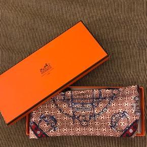 Fint silketørklæde fra Hermes. 45 x 45 cm. Kun brugt en enkelt gang og ingen tegn på brug. Æske medfølger 🌸