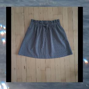 Rigtig fin nederdel med A-snit, striber og fin detalje ved taljen samt bindebånd, sælges da jeg desværre aldrig får den brugt. ☺️  Den angivet pris er mindsteprisen 👈