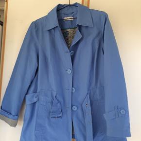 Lys blå jakke fra Zizzi str M. bm 64 x 2 og læ 80 cm.