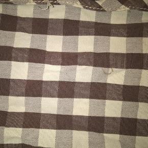 Varetype: Fine skjorter :-) Størrelse: 6 år - 116 cm Farve: flere Oprindelig købspris: 1200 kr.  4 skønne skjorter fra Mini A ture :-)  Den med fugleprint mangler en knap ved den ene håndled.  Den med lyseblå tern mangler en knap nederst på maven  Den med mørkeblå tern mangler en knap nederst på maven samt ved det ene håndled  Den med mørkegrå tern har en lille plet på maven  Se billederne :-)  Sælges samlet for 250 + porto (de kan sendes forsikret med DAO for 33 kr)  Bytter desværre ikke :-)
